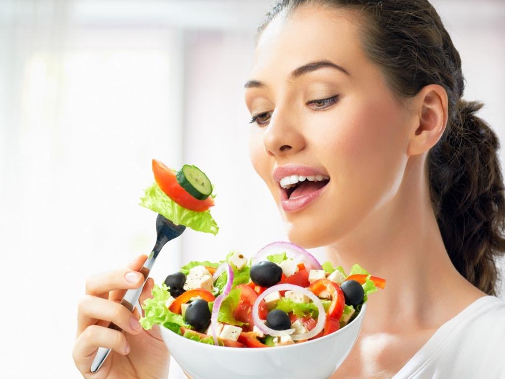 Uống mật ong trước và sau bữa ăn đều có lợi cho tiêu hóa.