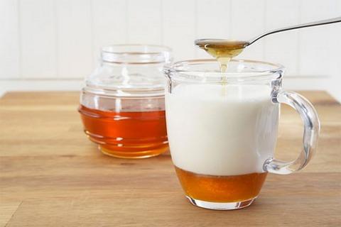 Đắp mặt nạ mật ong với sữa chua cho da khỏe mạnh.